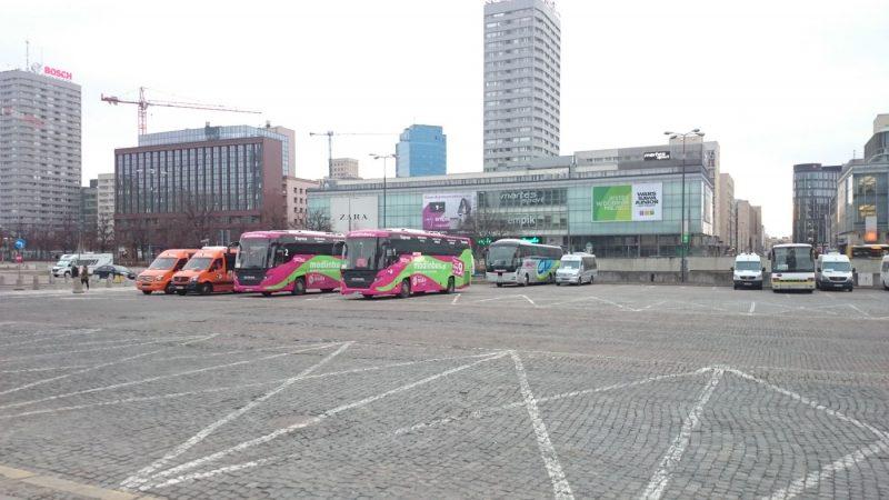 Modlinbus autobusai sustojmo aikštelėje.